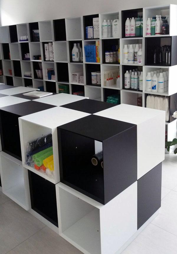 Colibr srls arredamento negozio con cubi in legno laccato for Cubi in legno arredamento