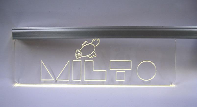 Targhe in plexiglass; illuminazione con led distanziali cromati o